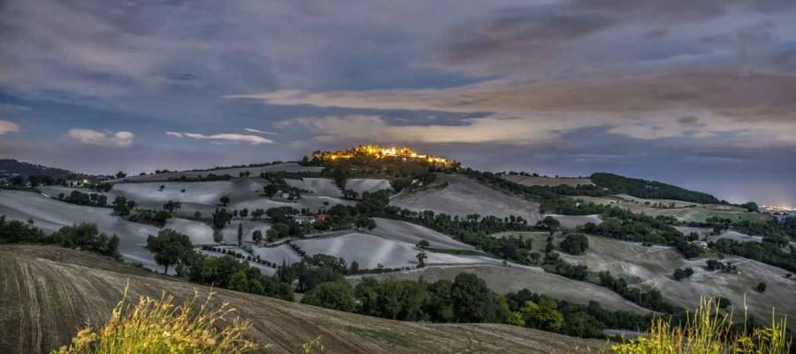 camattei-luxe-design-villa-vakantiehuis-Italië-Toscane-Marche-Locatie-montesecco-bij-nacht