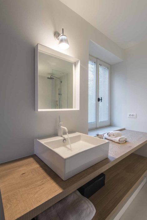 camattei-luxe-design-villa-vakantiewoning-vakantiehuis-italie-Toscane-Marche-badkamer-lavabo